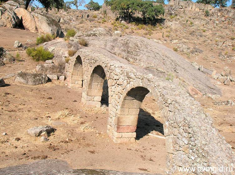 Акведук в Пласенсии - фото