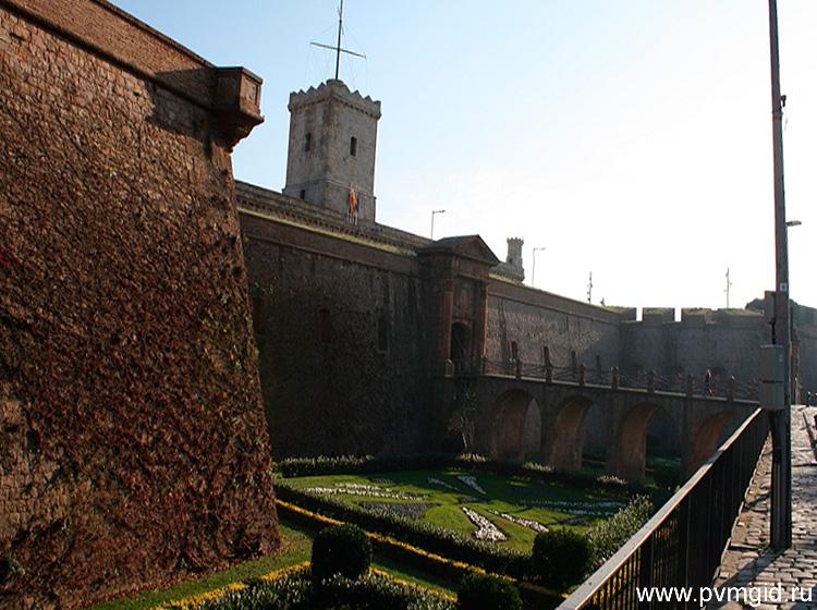 Старинные стены крепости - фото