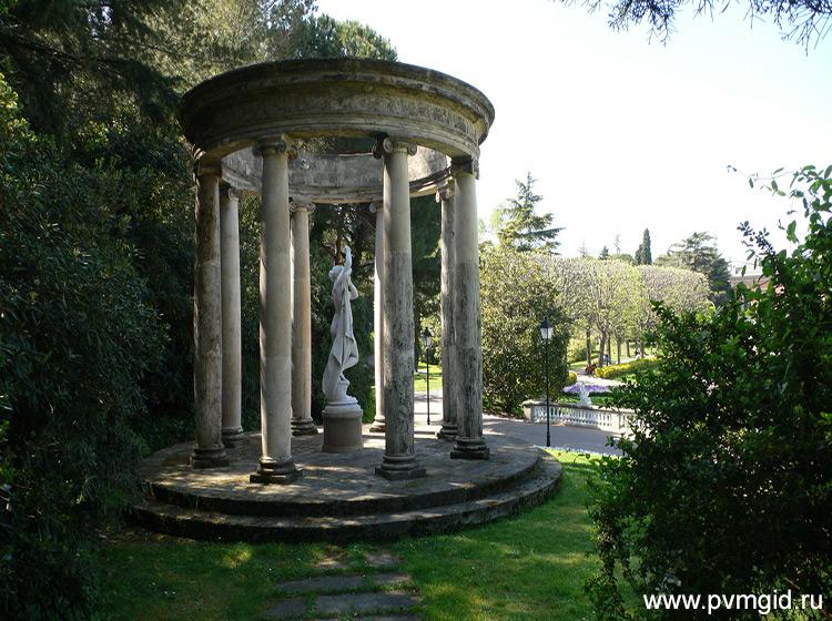 Беседка в саду Барселоны - фото