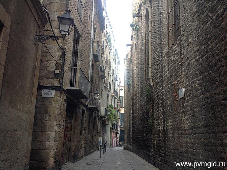 Старинные улицы квартала - фото
