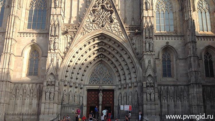 Главный вход в собор - фото