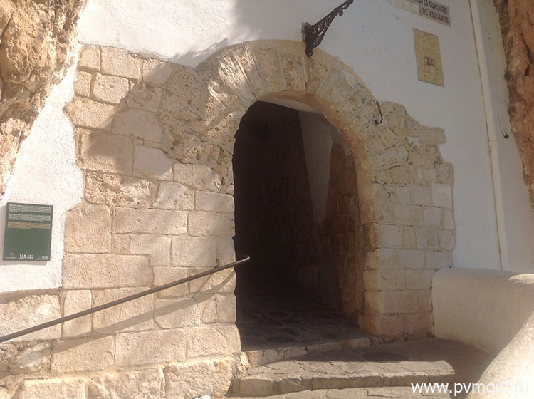 Вход в Гуадалест через замок