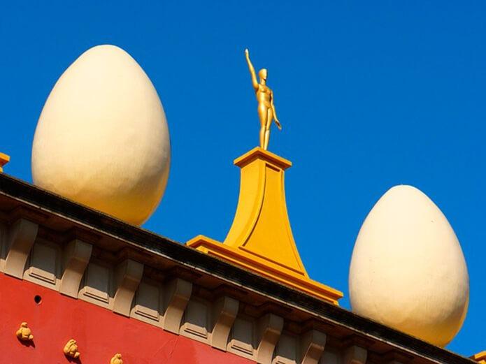 Фигура человека и яйца