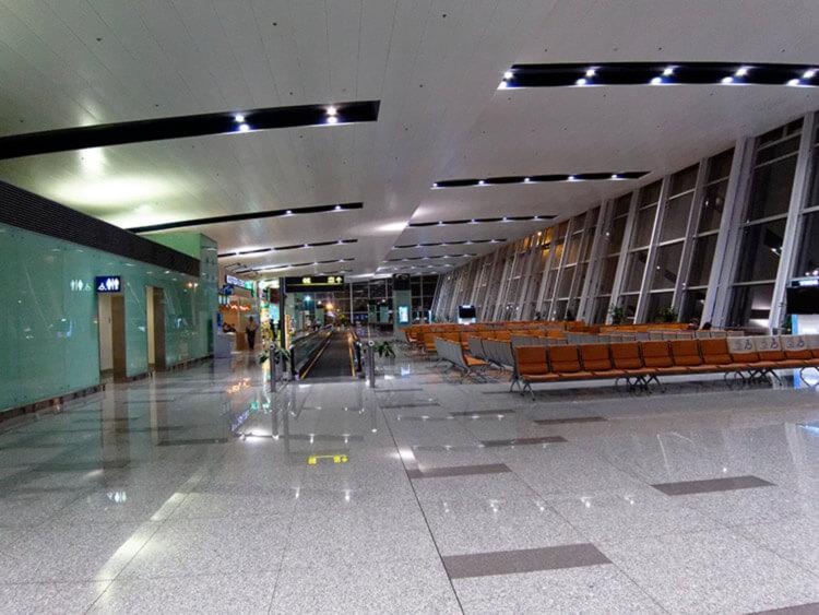Зал ожидания в аэропорту Жироны.