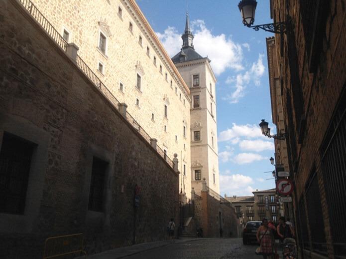 Улица возле Алькасара в Толедо
