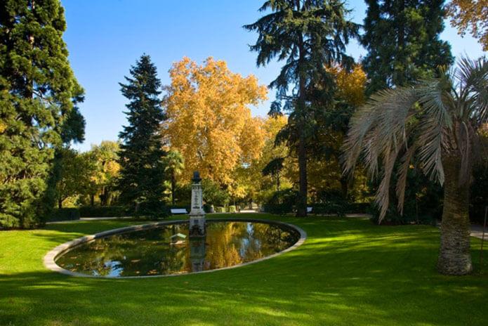 Озеро и бюст Карлоса Линнея в саду