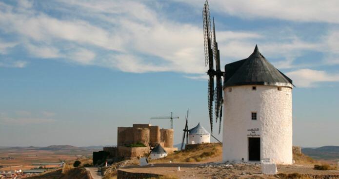 Замок в окружении мельниц - фото