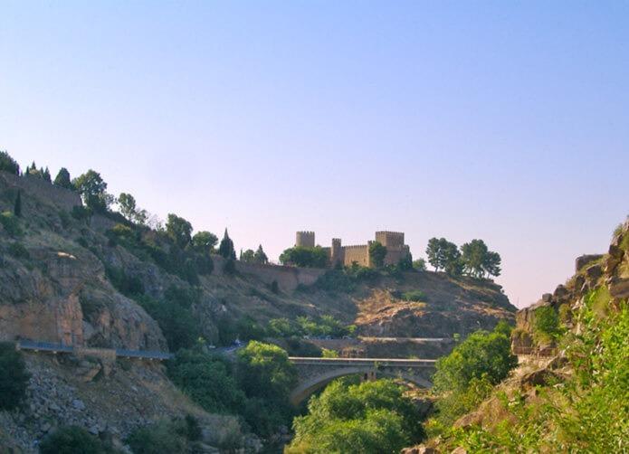 Вид на замок с реки Тахо