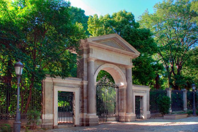 Вход в ботанический сад - фото