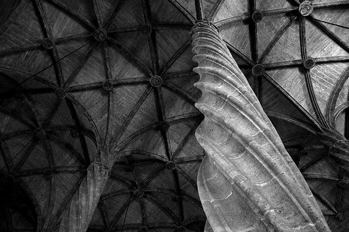 Внутри храма Альмудена - фото