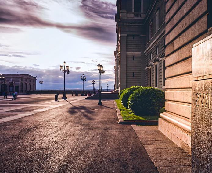 Улица рядом с собором Альмудена - фото
