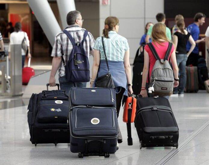 Компания людей в аэропорту - фото