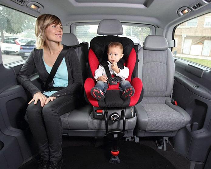 Мать с ребенком в такси - фото