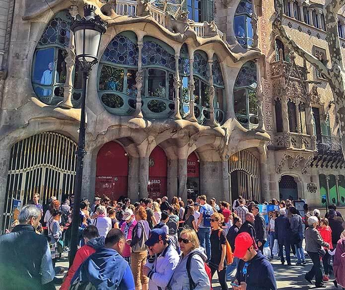 Скопление людей на Passeig de Gracia - фото