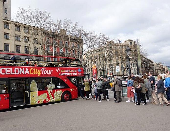 Очередь на остановке Barcelona City Tour - фото