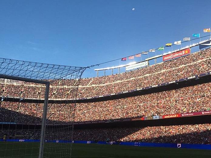 Переполненный стадион Барселоны - фото