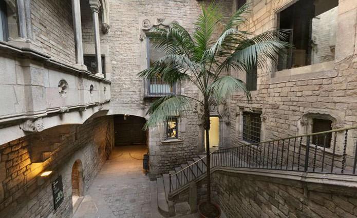 Двор музея Пикассо - фото
