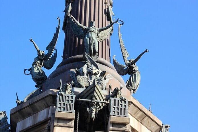 Фигуры у основания монумента Колумба - фото