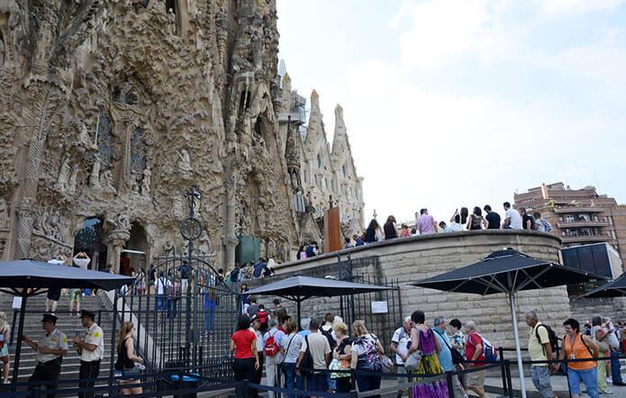Очередь за билетами в храм - фото