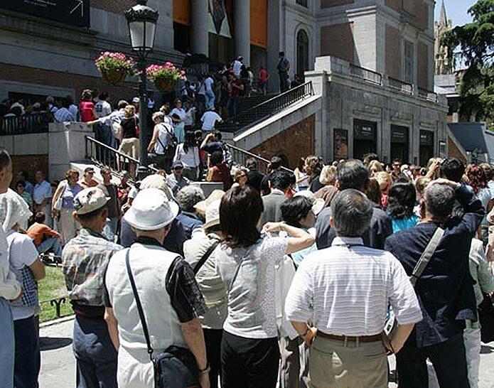 Скопление людей около музея Прадо - фото