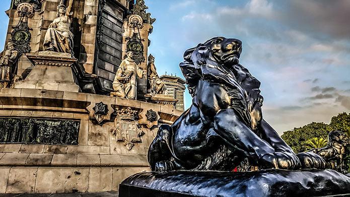 Фигуры львов у монумента Колумбу