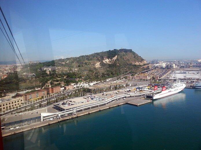 Вид из кабинки канатной дороги на набережную Барселоны