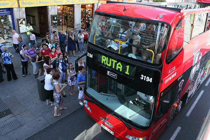 Очередь на туристический автобус в Мадриде
