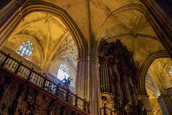 Внутри кафедрального собора Севилье - фото