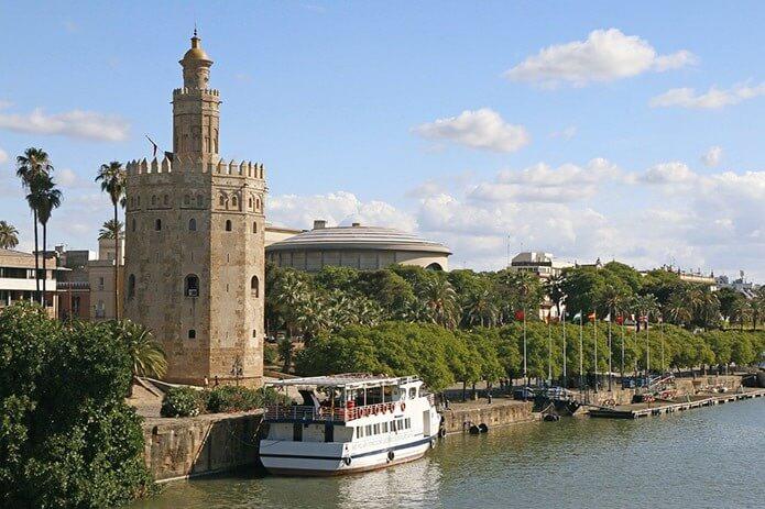 Золотая башня на реке в Севилье - фото
