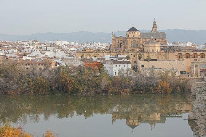 Город Кордоба на реке Гвадалквивир