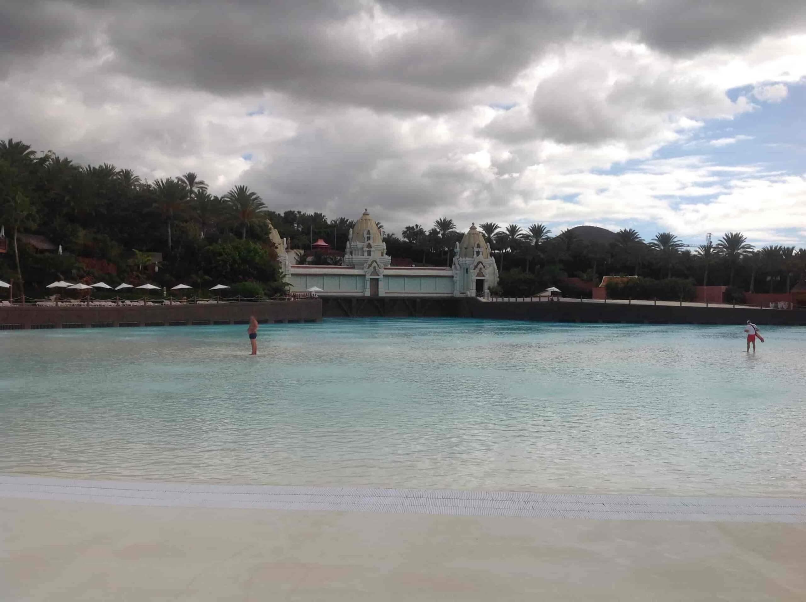 Пляж и бассейн с волнами - фото